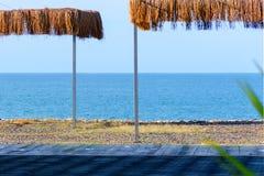 Ansicht des Seestrandes mit mit Stroh gedeckten Überdachungen stockfoto