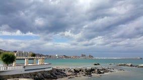 Ansicht des Seeufers gegen den Hintergrund des Stadtzentrums an einem sonnigen Tag Lizenzfreies Stockbild