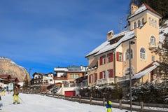 Ansicht des Skiorts in den Alpen Stockbilder