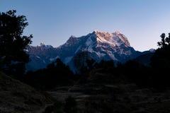 Ansicht des Sonnenaufgangs auf Chaukhamba-Spitzen von Garhwal-Himalaja von uttrakhand von Campingplatz Deoria Tal Lizenzfreie Stockfotografie