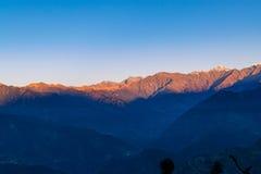 Ansicht des Sonnenaufgangs auf Garhwal-Himalaja von uttrakhand von Campingplatz Deoria Tal Stockbild