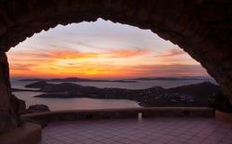 Ansicht des Sonnenuntergangs über dem Steinbogen Stockbild