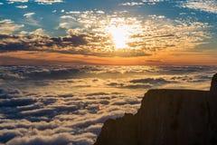 Ansicht des Sonnenuntergangs über den Wolken in den Bergen Lizenzfreie Stockfotos