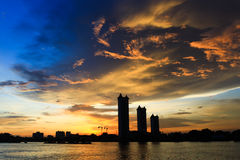Ansicht des Sonnenuntergangs auf dem Fluss Lizenzfreie Stockfotos