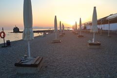 Ansicht des Sonnenuntergangs auf dem Strand mit Kieseln Stockfotografie