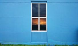 Ansicht des Sonnenuntergangs am Fenster Lizenzfreie Stockbilder