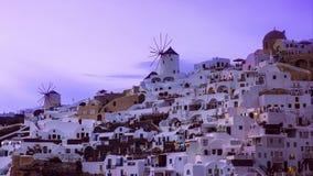 Ansicht des Sonnenuntergangs an Oia-Dorf auf Santorini, Griechenland und Leuten, die für Fotos, timelapse hetzen stock video footage