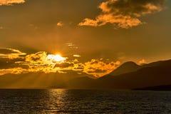 Ansicht des Spürhundkanals während des Sonnenuntergangs nahe bei Ushuaia Argentinien und chilenischer Patagonia lizenzfreies stockfoto
