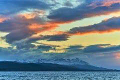 Ansicht des Spürhundkanals während des Sonnenuntergangs nahe bei Ushuaia Argentinien und chilenischer Patagonia lizenzfreies stockbild