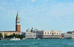 Ansicht des St- Mark` s Glockenturms und des Doge ` s Palastes genommen vom vaporetto auf der Venedig-Lagune, Italien Stockfoto