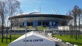 Ansicht des Stadions St Petersburg, den Weltcup im Jahre 2018 und die Fan Identifikations-Mitte im Vordergrund bewirtend stock footage