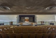 Ansicht des Stadiums in einem verlassenen Auditorium Lizenzfreie Stockfotos