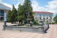 Ansicht des Stadtbrunnens im Quadrat nahe dem Dramatheater Kerch, Krim Lizenzfreie Stockfotografie