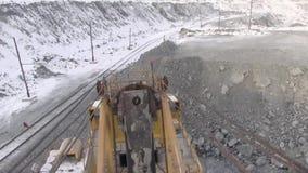 Ansicht des Steinbruchs vom Dach des Baggers stock footage