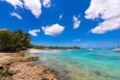 Ansicht des steinigen Strandes in Bayahibe, La Altagracia, Dominikanische Republik Kopieren Sie Raum für Text Stockbild