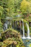 Ansicht des steinigen Wasserfalls und des kleinen Flusses Stockbild