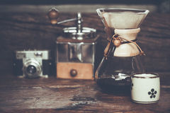 Ansicht des strömenden Wassers des gemahlenen Kaffees auf Kaffeesatz mit Filter lizenzfreies stockfoto