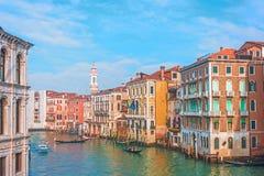 Ansicht des Straßenkanals in Venedig, bunte Fassaden von alten Häusern lizenzfreie stockbilder