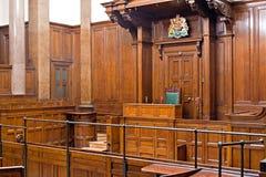 Ansicht des Strafgerichtshofraumes innerhalb St. Georges Hall, Liverpool, Großbritannien Lizenzfreies Stockfoto