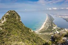 Ansicht des Strandes, des Sees und des klaren Meeres vom Berg Circeo Lizenzfreie Stockfotos