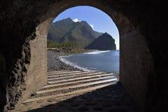 Ansicht des Strandes durch Tunnel Lizenzfreie Stockfotos