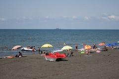Ansicht des Strandes Touristen, sunbeds und Regenschirme am heißen Tag des Sommers Lizenzfreies Stockfoto