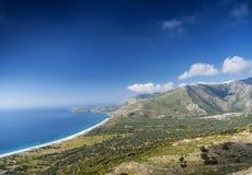 Ansicht des Strandes und der Gebirgs-ionisches See-Küstenlinie von Süd-Albanien Stockfotos