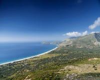 Ansicht des Strandes und der Gebirgs-ionisches See-Küstenlinie von Süd-Albanien Stockfoto