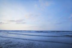 Ansicht des Strandes und der Wellen bei Sonnenaufgang Stockfoto