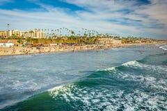 Ansicht des Strandes und der Wellen im Pazifischen Ozean vom Pier I Lizenzfreies Stockbild