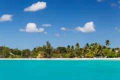 Ansicht des Strandes von einem Katamaran in Carlisle Bay Barbados Stockfotos