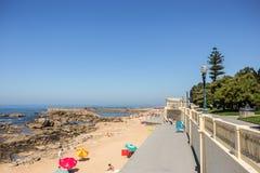 Ansicht des Strandes vorbei und des Fußgängerseitenwegs Foz, Porto, Portu Stockfotos