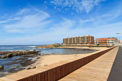Ansicht des Strandes vorbei und des Fußgängerseitenwegs Perafita, Porto, Stockfotos