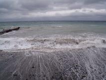 Ansicht des Sturm-Meerblicks Dunkler schwerm?tiger Himmel ?ber dem grauen Meer Wellen und dunkle Wolken am stürmischen Tag stockfotos