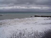 Ansicht des Sturm-Meerblicks Dunkler schwerm?tiger Himmel ?ber dem grauen Meer Wellen und dunkle Wolken am stürmischen Tag stockfotografie