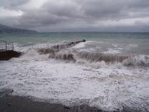 Ansicht des Sturm-Meerblicks Dunkler schwerm?tiger Himmel ?ber dem grauen Meer Wellen und dunkle Wolken am stürmischen Tag stockbild