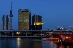 Ansicht des Sumida-Bezirkes von Tokyo vom Sumida-Fluss, Japan, in der blauen Stunde lizenzfreies stockfoto