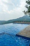 Ansicht des Swimmingpools auf eine Hügelstation mit Berg im Hintergrund, Salem, Yercaud, tamilnadu, Indien, am 29. April 2017 lizenzfreies stockbild