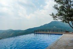 Ansicht des Swimmingpools auf eine Hügelstation mit Berg im Hintergrund, Salem, Yercaud, tamilnadu, Indien, am 29. April 2017 lizenzfreie stockfotografie