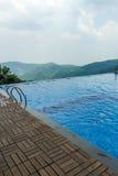 Ansicht des Swimmingpools auf eine Hügelstation mit Berg im Hintergrund, Salem, Yercaud, tamilnadu, Indien, am 29. April 2017 lizenzfreie stockbilder