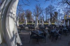 Ansicht des Türspions 180 einer Cafeteria im Retiro-Park in Madrid-Ci Stockbilder