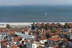 Ansicht des Tajos mit Segelboot in Lissabon Stockfotografie