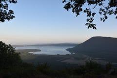 Ansicht des Tales mit dem See während der Sonnenuntergangzeit lizenzfreie stockfotos