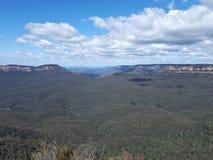 Ansicht des Tales und der Berge mit Eukalyptusbäumen an einem klaren Tag des blauen Himmels im Jamison Valley NSW Australien Lizenzfreie Stockfotografie