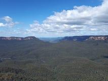 Ansicht des Tales und der Berge mit Eukalyptusbäumen an einem klaren Tag des blauen Himmels im Jamison Valley NSW Australien Lizenzfreie Stockbilder