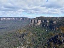 Ansicht des Tales und der Berge mit Eukalyptusbäumen an einem klaren Tag des blauen Himmels im Jamison Valley NSW Australien Stockbild