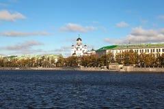 Ansicht des Tempel-auf-Bluts von der Ufergegend von oberem Iset-Teich Jekaterinburg Russland Lizenzfreie Stockfotos