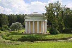 Ansicht des Tempels des Liebes- und Freundschaftstages im August Pavlovsk Lizenzfreie Stockfotos