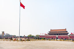 Ansicht des Tiananmen-Platzes mit Flagge Lizenzfreies Stockbild