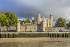 Ansicht des Tower von London von der Themse London Englan Lizenzfreie Stockfotos